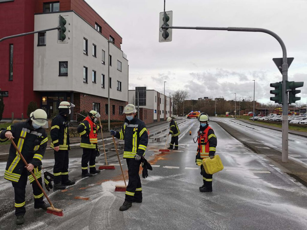 Auf dem Rückweg von einem Einsatz entdeckte die Feuerwehr eine Ölspur im Kreuzungsbereich. Foto: Feuerwehr Werne