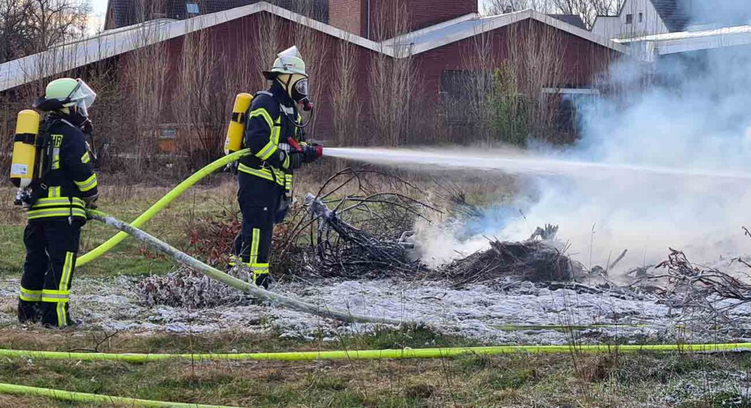 Die Freiwillige Feuerwehr rückte am Freitagnachmittag zum Spielplatz der Steinkampsiedler aus und löschten dort einen Brand. Foto: Feuerwehr Werne