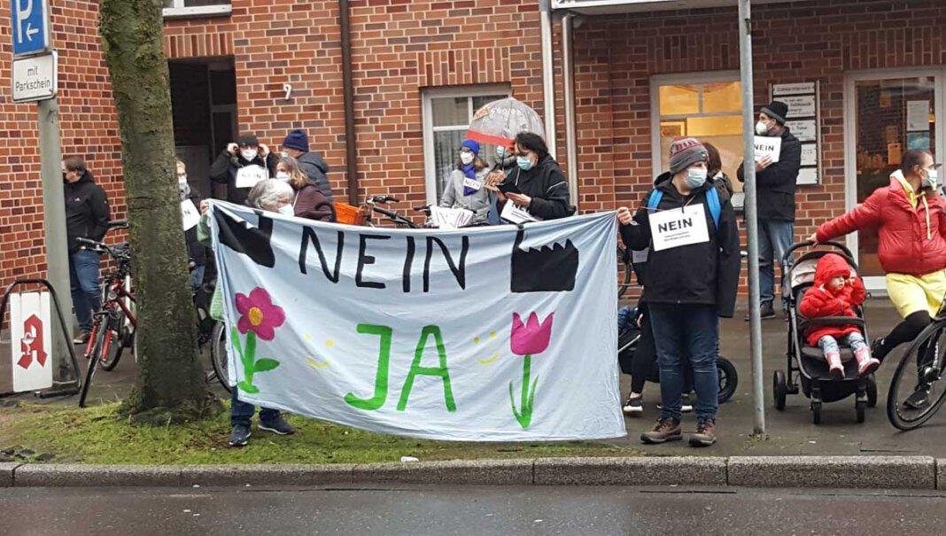Rund 150 Menschen demonstrierten vor der Ausschuss-Sitzung im Kolpingsaal gegen das geplante Gewerbegebiet Nordlippestraße Nord. Foto: Wagner
