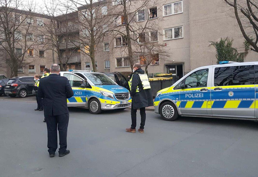 Zu einem Polizei-Einsatz rund um das Haus am Holtkamp, in dem sich über 50 Personen in Quarantäne befinden, am Mittwochnachmittag. Foto: Wagner