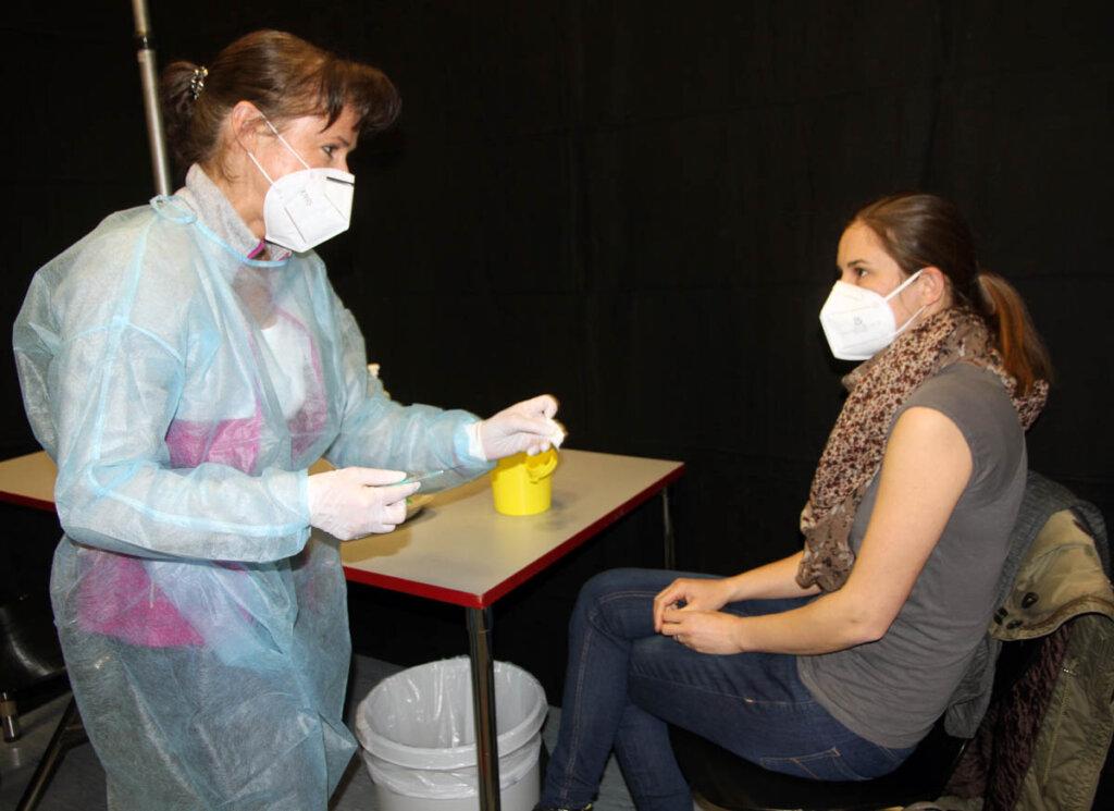 Vor der Spritze für Ina Klimek berichtet Dr. Helga Hoppe noch von ihrer eigenen Impfung. Foto: Wagner