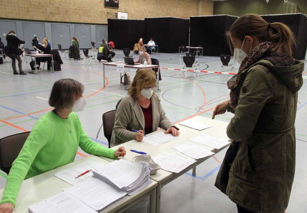 Kerstin Obrikat (links) und Claudia Barth empfangen Ina Klimek an der ersten Station und prüfen die Unterlagen. Foto: Wagner