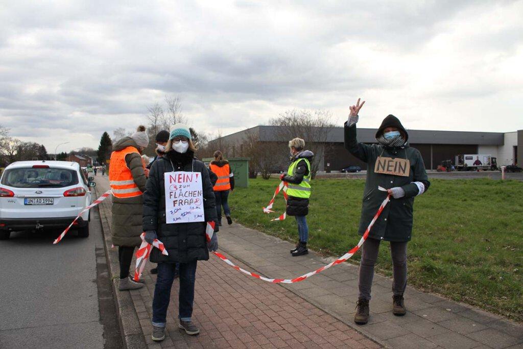 Rund 500 Menschen demonstrierten am Freitagnachmittag gegen das neu geplante Gewerbegebiet in Werne. Foto: Isabel Schütte