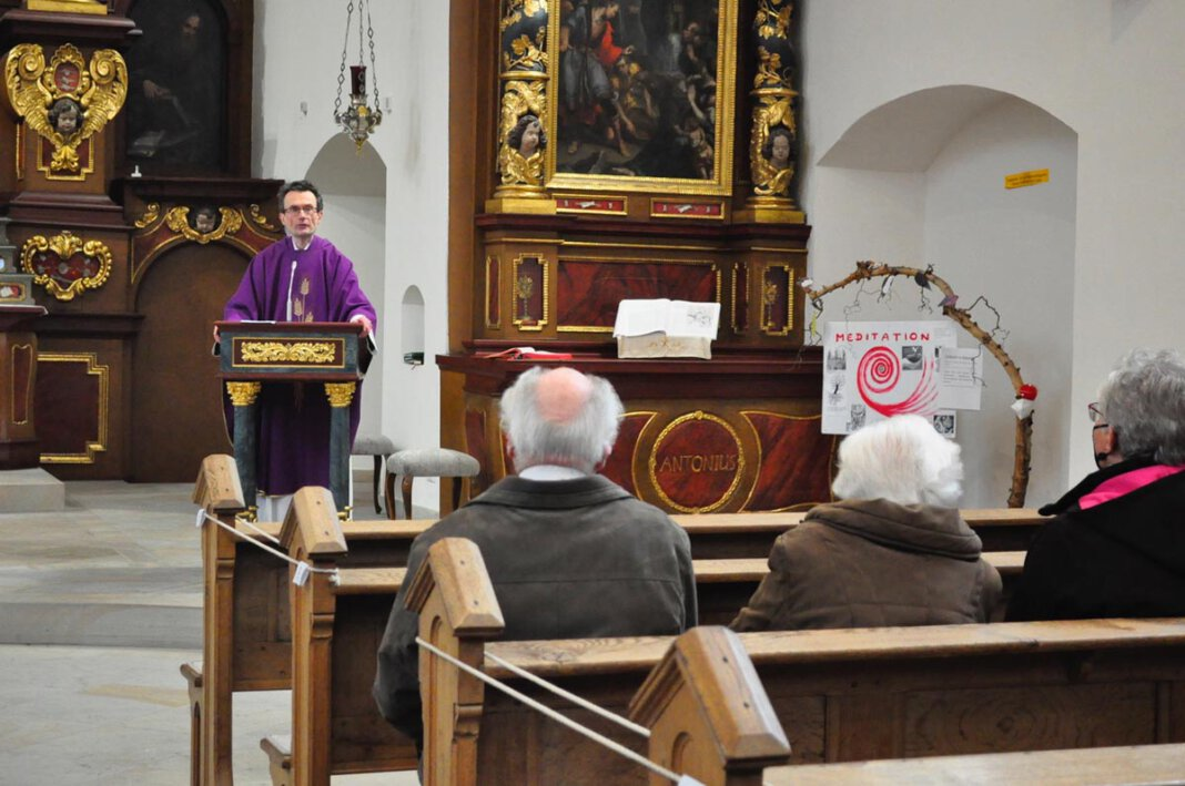 Nach den Messen am Sonntag informierte Guardian Pater Romuald Hülsken die Gottesdienstbesucher über die notwendige Erneuerung der Heizung im Kapuzinerkloster und bat um Spenden. Foto: Schwarze
