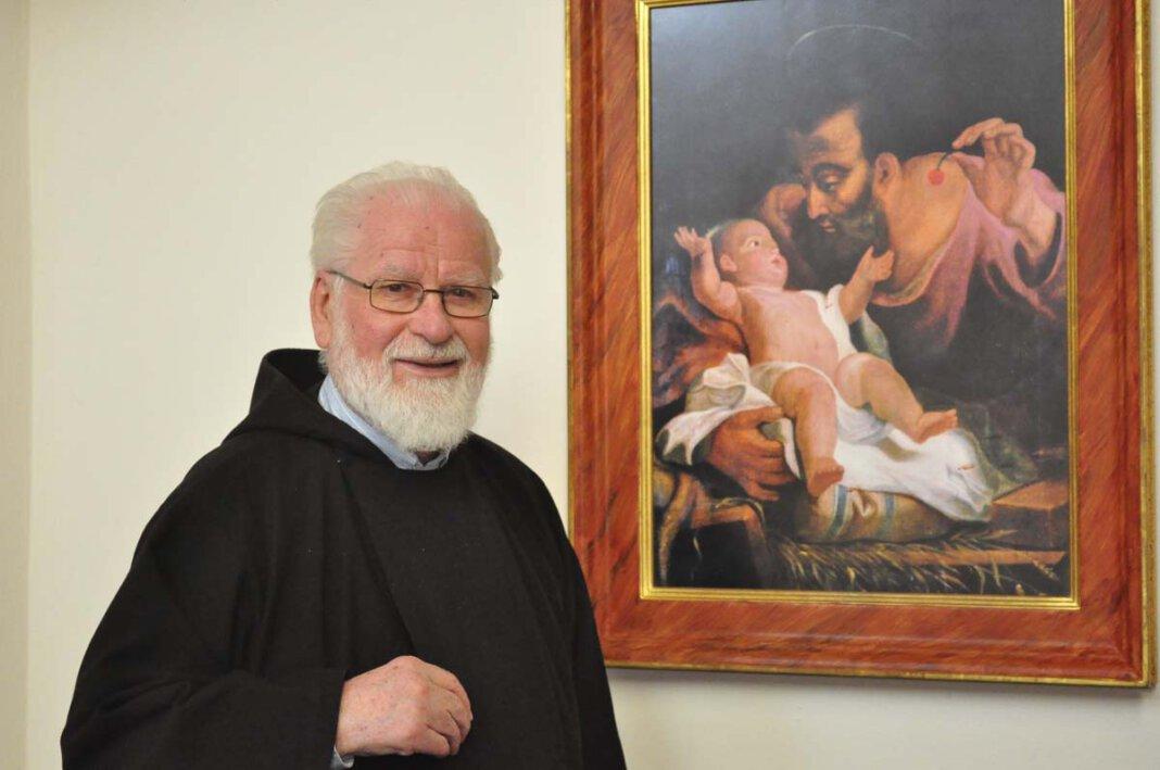 Pater Tobias Link neben einem Bild von Joseph, dem Nährvater Jesu, in der Klosterkirche. Der Geburtstag des Paters fällt in den März, den Josephsmonat. Foto: Schwarze