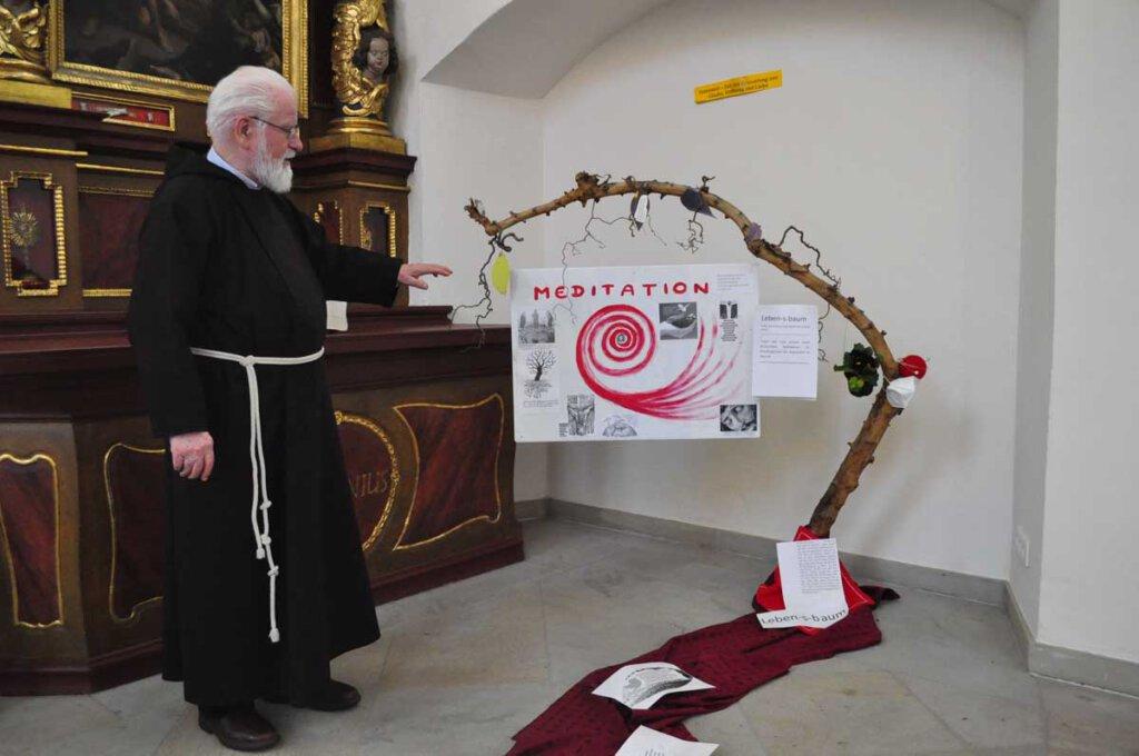 Ein toter Ast von einem noch blühenden Apfelbaum aus dem Klostergarten inspirierte Pater Tobias Link zu dieser österlichen Meditationsinstallation in der Klosterkirche. Foto: Schwarze