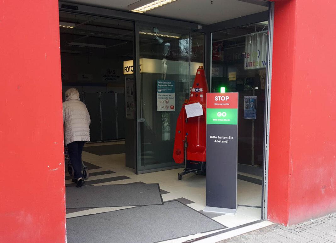 Im REWE Horne-Center regelt eine Ampel den Zufluss an Kunden. Foto: Wagner