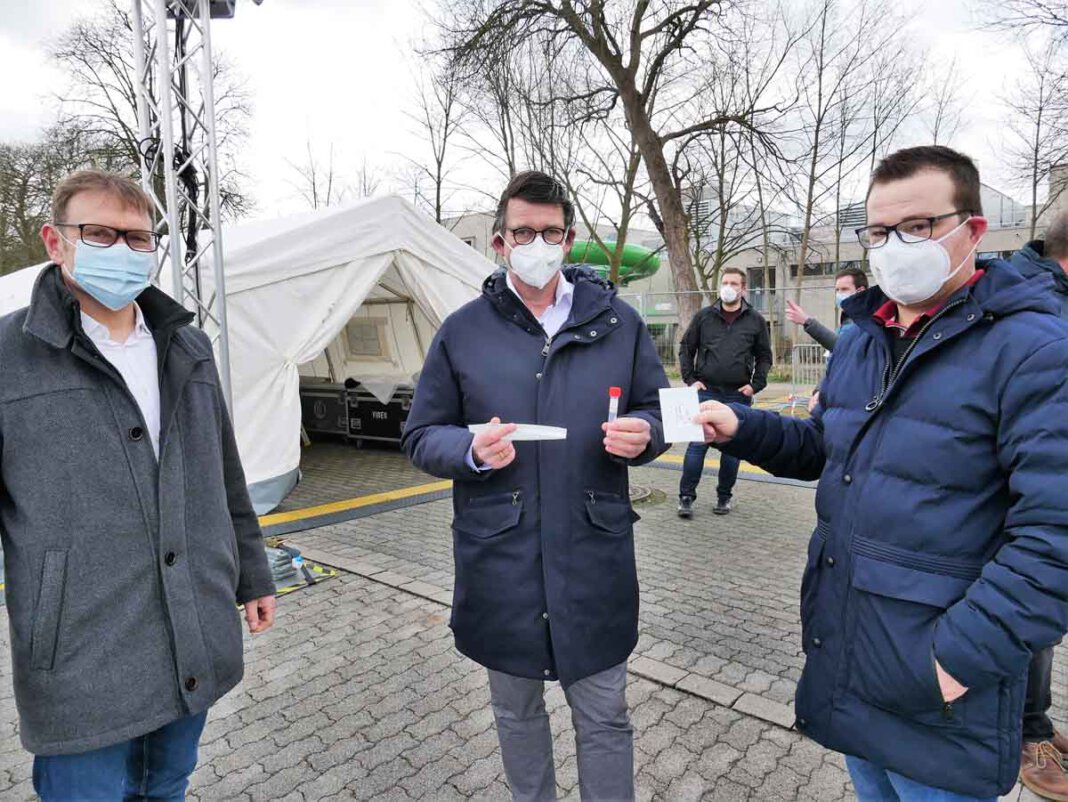 Bürgermeister Lothar Christ (von links), Dr. Christian Ruhnau und Philipp Reher beantworteten Fragen zum Schnelltestzentrum Am Hagen. Foto: Gaby Brüggemann
