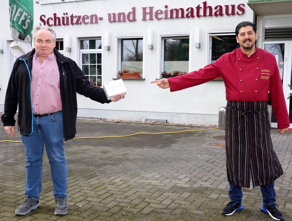 Schützen-Vorsitzender Christian Langhorst und Gastronom, Sascha Djuric, der das Schützen- und Heimathaus betreibt, freuen sich auf den bevorstehenden Start des Testzentrums in Bergkamen. Foto: Volkmer