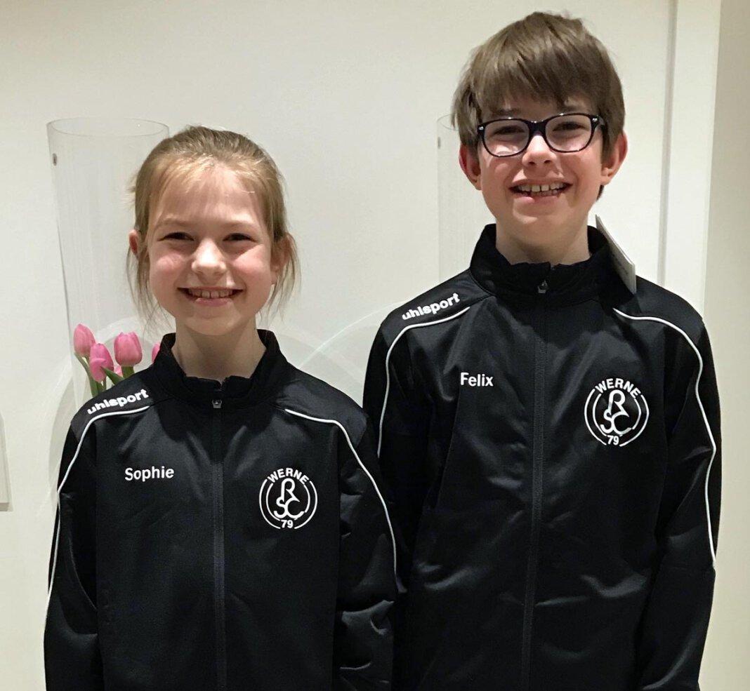 Der RSC Werne hat seinen Poco-Cup 2021 abgesagt. Kleiner Trost: Die jugendlichen Mitglieder, hier Sophie und Felix Beckhove, haben neue Trainingsanzüge erhalten. Foto: RSC