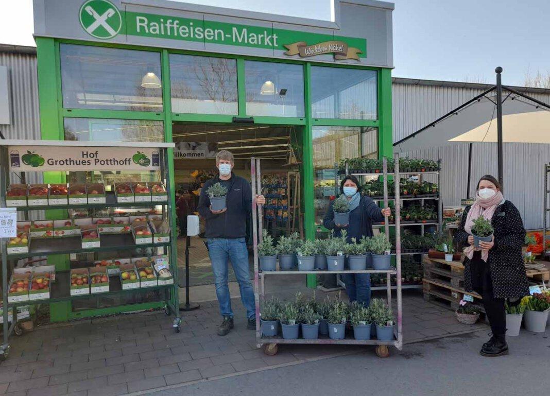 Marktleiter Matthias Pauly spendete Blumen für den Ambulanten Kinderhospizverein. Foto: Privat