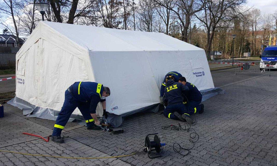 Das THW Werne hat am Sonntag (7. März) mit dem Aufbau eines Schnelltestzentrums auf dem Parkplatz Am Hagen vor dem Solebad begonnen. Foto: Wagner