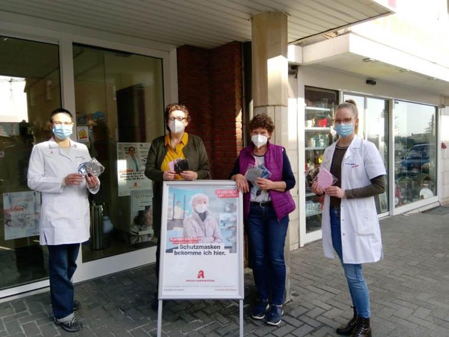 Die Westerwinkel-Apotheke unterstützt die Herbener Tafel-Ausgabe mit der Spende von FFP2-Masken. Foto: Tafel