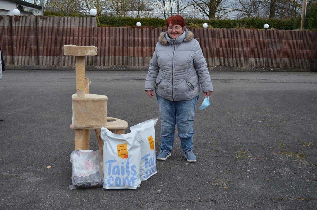 Andrea Garthe verteilte bei der Tiertafel vorzeitige Ostergeschenke. Foto: Prokofev