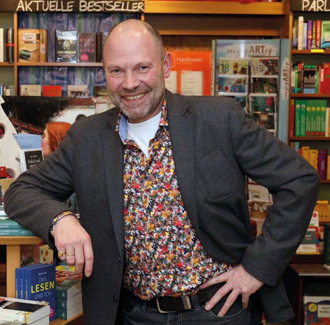 Buchhändler Hubertus Waterhues weitet den Service von Bücher Beckmann in der Coronakrise aus. Foto: Prokofev