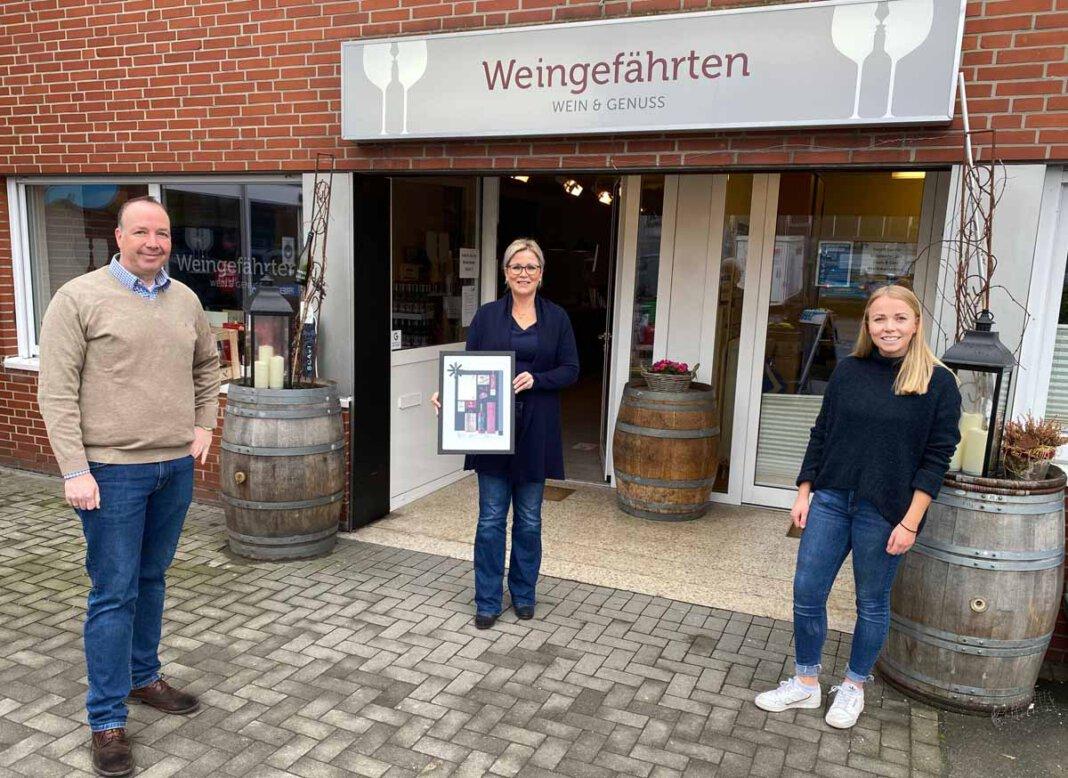 """Freuen sich über die Publikation des Corporate Design im Fachmagazin (von links): Frank Bispinghoff, Ariane Tamm und Pauline Schulte (""""Weingefährten"""