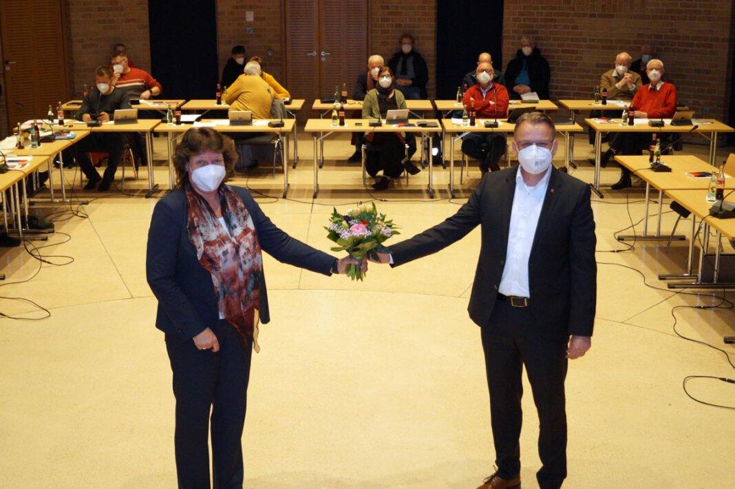 Bürgermeister Thomas Orlowski gratuliert Sylvia Engemann zur erneuten Wiederwahl als Beigeordnete der Stadt Selm. Foto: M. Woesmann / Stadt Selm