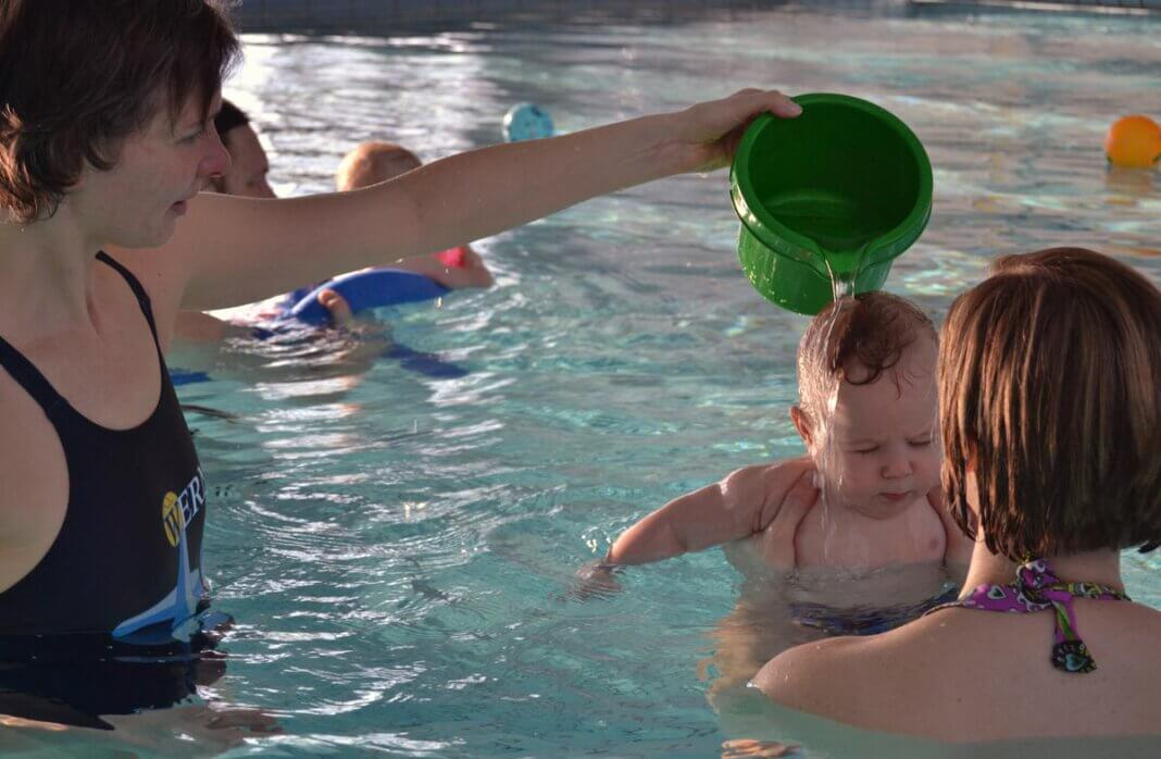 Auch die TV-Wasserfreunde, hier mit der ehemaligen Vorsitzenden Kerstin Obrikat beim Babyschwimmen, möchte wieder Kurse anbieten. Archivfoto: Wagner
