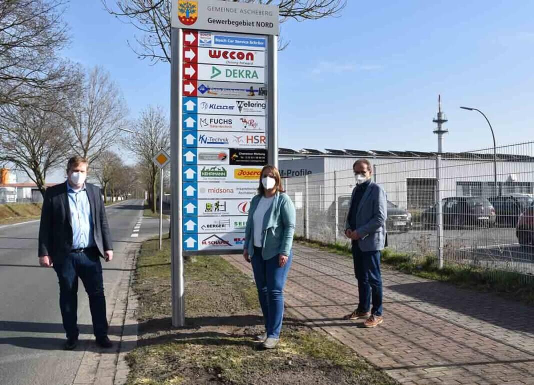Bürgermeister Thomas Stohldreier (l.) freute sich mit den Wirtschaftsförderern Simone Böhnisch und Helmut Sunderhaus über die professionelle, neue Beschilderung im Gewerbegebiet Nord. Foto: Gemeinde Ascheberg