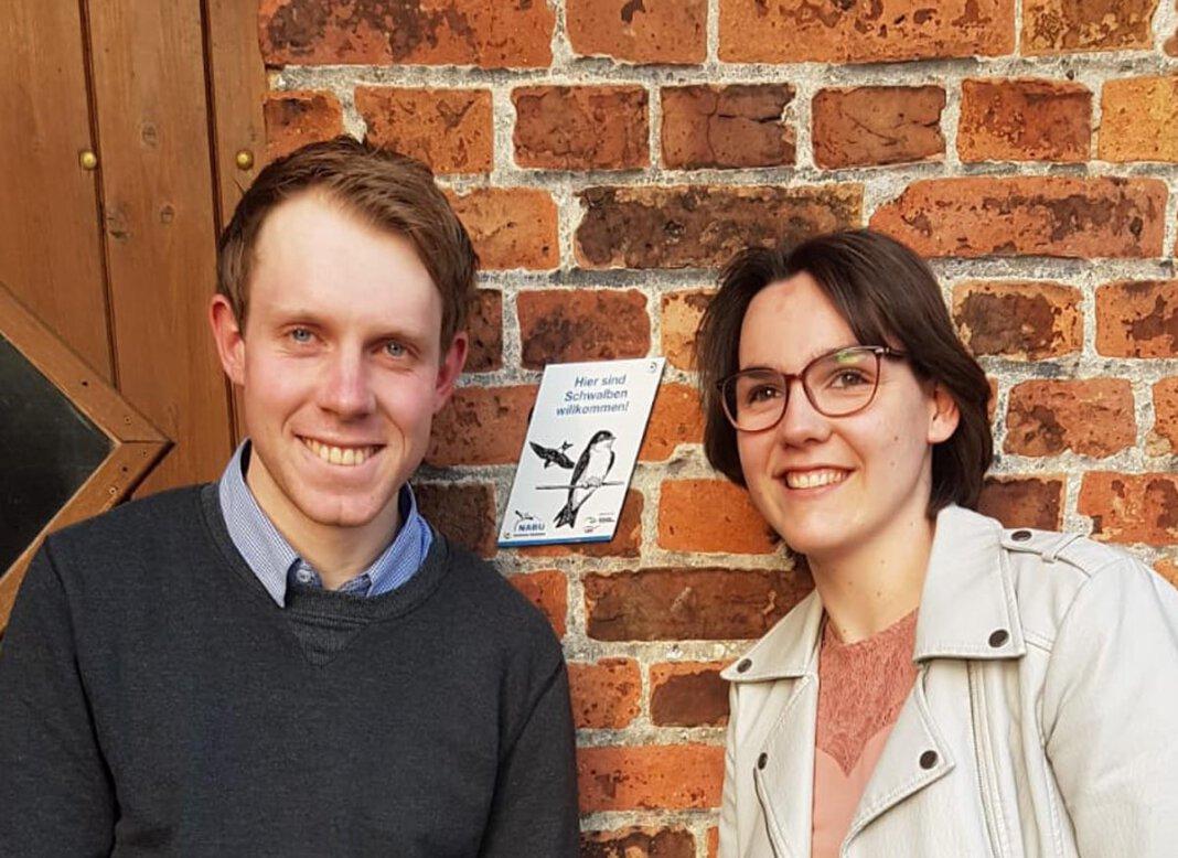 Landwirt Benedikt Fleige und Freundin Luisa freuen sich über die Ankunft der Schwalben. Sie bringen viel Glück auf den Hof und kündigen den Sommer an. Foto: Privat