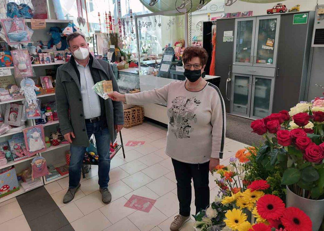 Gisela Rennhack übereichte Thomas Kißmann die 350-Euro-Spende. Foto: Wagner