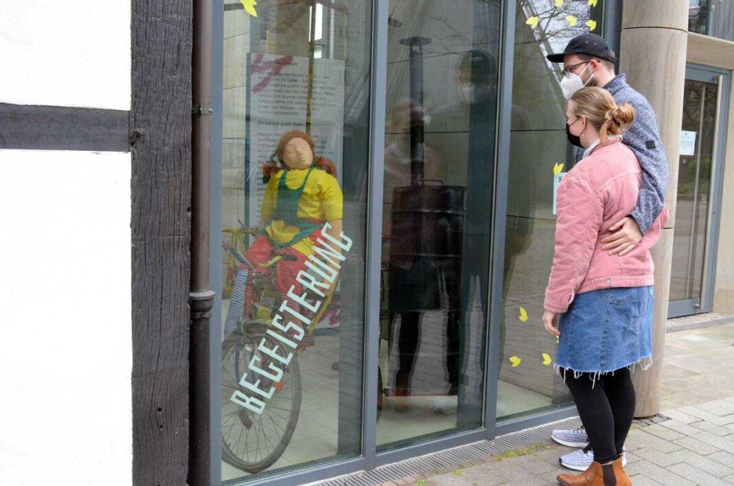 Vivian Zurstraßen und Pascal Talaga von der Freilichtbühne bestaunen zum ersten Mal die fertigen Schaufenster. Foto: Alexandra Prokofev