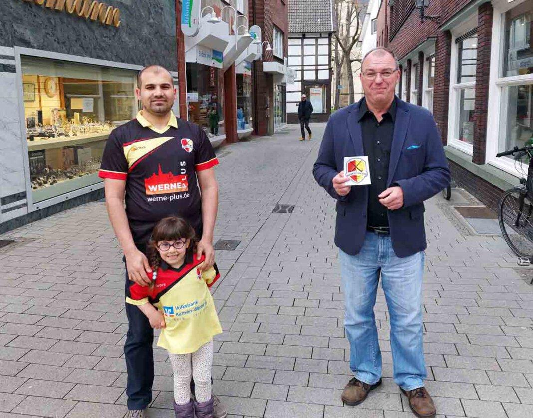 United-Spieler Salim und Tochter Eslem dankten Artur Reichert von der FDP für die finanzielle Unterstützung der Integrationsarbeit. Foto: Wagner
