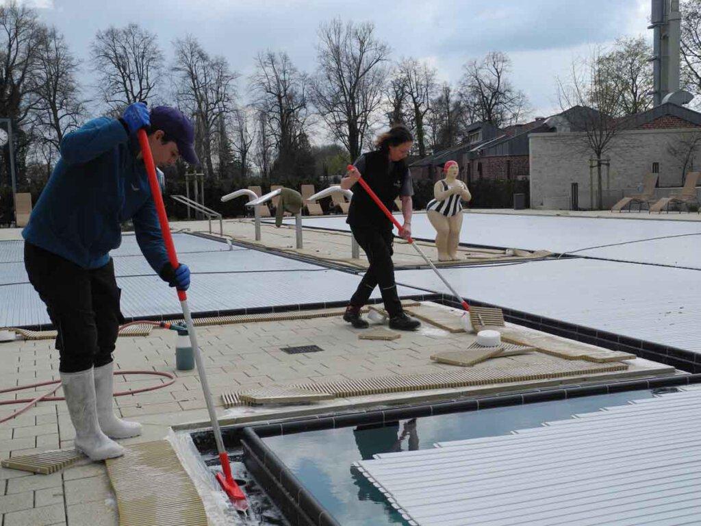 Die Ablaufrinnen des Sole-Außenbereichs werden regelmäßig von den Mitarbeiterinnen des Bades gereinigt. Foto: Klaus Brüggemann
