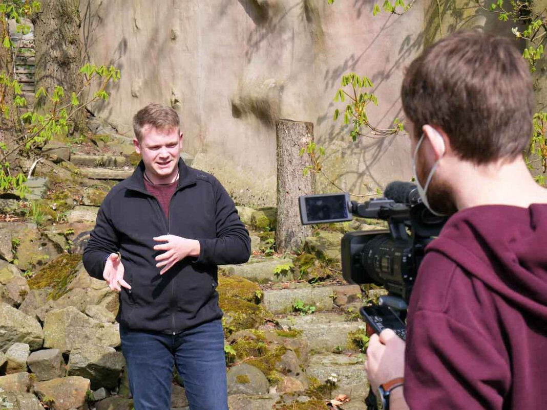 Marvin Müller, der in der Shrek-Aufführung mitgewirkt hat, erzählt in einem Videoclip über die Freilichtbühne Werne. Foto: Gaby Brüggemann