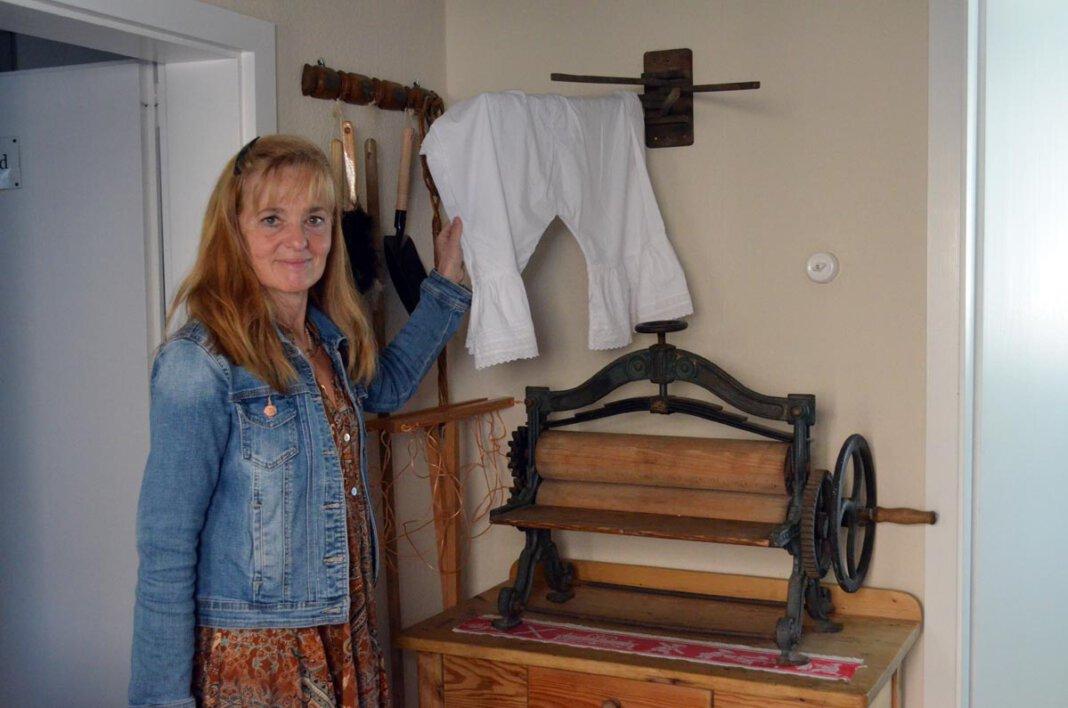 Eine alte Heißmangel in der Waschküche: Gambels Liebe zu antiken Möbelstücken zieht sich durch die ganze Einrichtung des Ferienhauses. Foto: Alexandra Prokofev