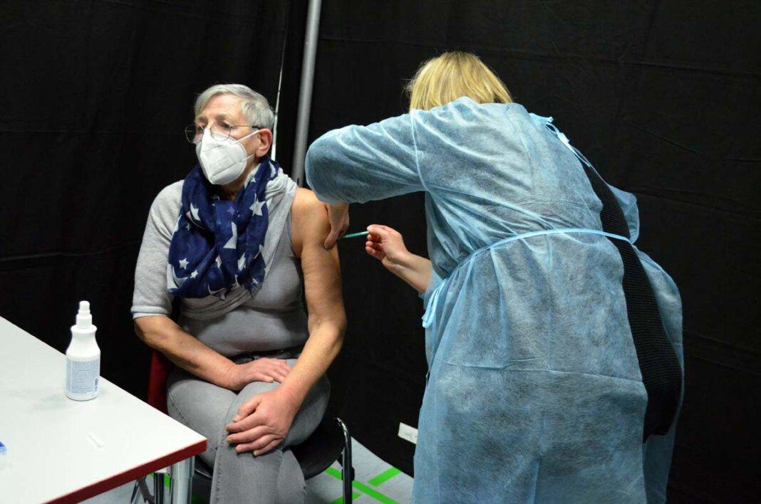 Conny Gebhardt hatte Glück bei der Auslosung und erhielt ihr erste Impfung am vergangenen Samstag in der Linderthalle. Foto: Alexandra Prokofev