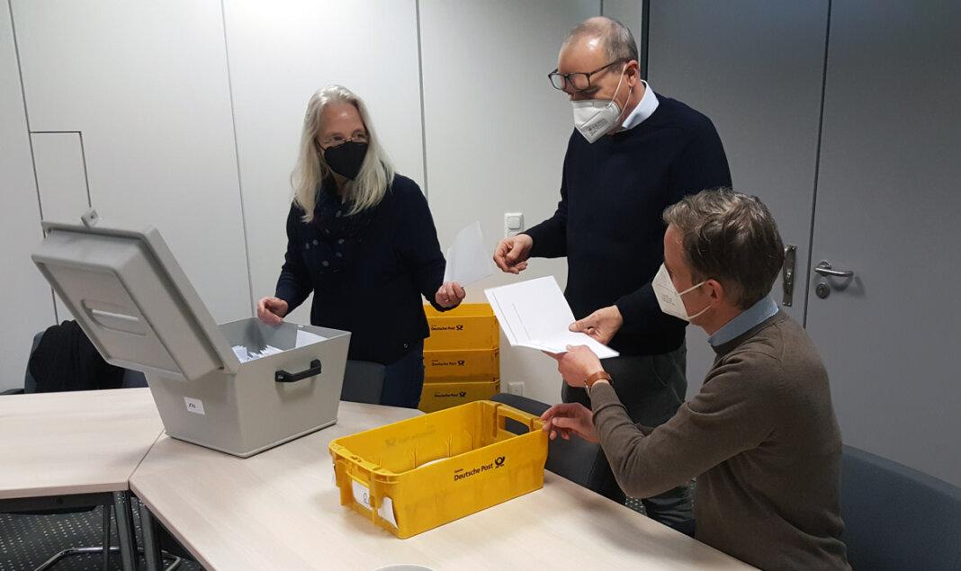 Die Verlosung der Impftermine fand am Dienstagnachmittag unter notarieller Aufsicht im Stadthaus statt. Das Foto zeigt (von links) Martina Eden-Hetberg, Christoph Stiens und Alexander Ruhe. Foto: Wagner