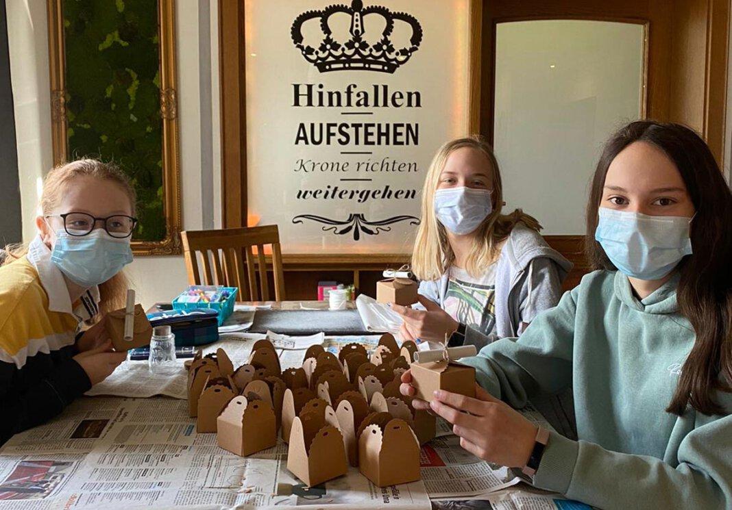 Sophie (links), Greta und Sarah (rechts) gehören der fünfköpfigen Gruppe an, die für das Kloster sammeln. Foto: Privat