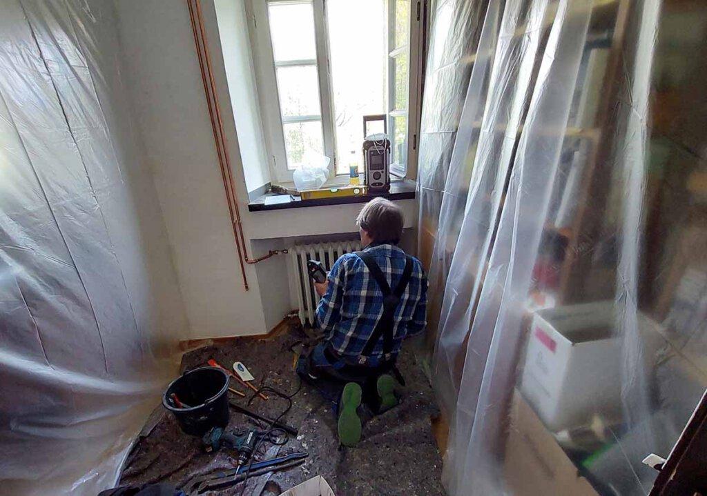 Klaus Lahne von der Firma Steinweg hat im Kloster alle Hände voll zu tun. Die Arbeiten machen aber Fortschritte und sollen in rund vier Wochen abgeschlossen sein. Foto: Wagner
