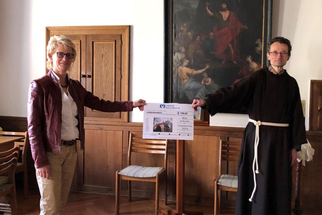 Kolping-Vorsitzende Elisabeth Schwert überreichte Pater Romuald den Spendenscheck. Foto: Benno Jäger