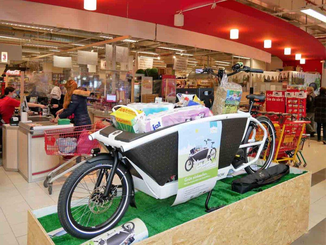 Interessierte können bei Mitarbeitenden von Rewe Symalla nachfragen ob ein E-Lastenrad frei ist. Dann wird ein Mietvertrag ausgefüllt. Foto: Gaby Brüggemann