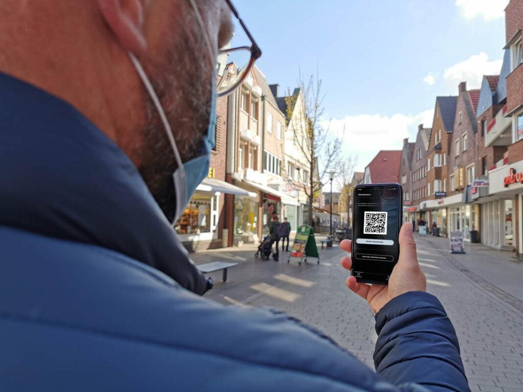David Ruschenbaum testet die Luca-App. Auf der Website der Stadt Werne hat der Mitarbeiter von Werne Marketing alle Informationen zusammengestellt. Foto: Werne Marketing