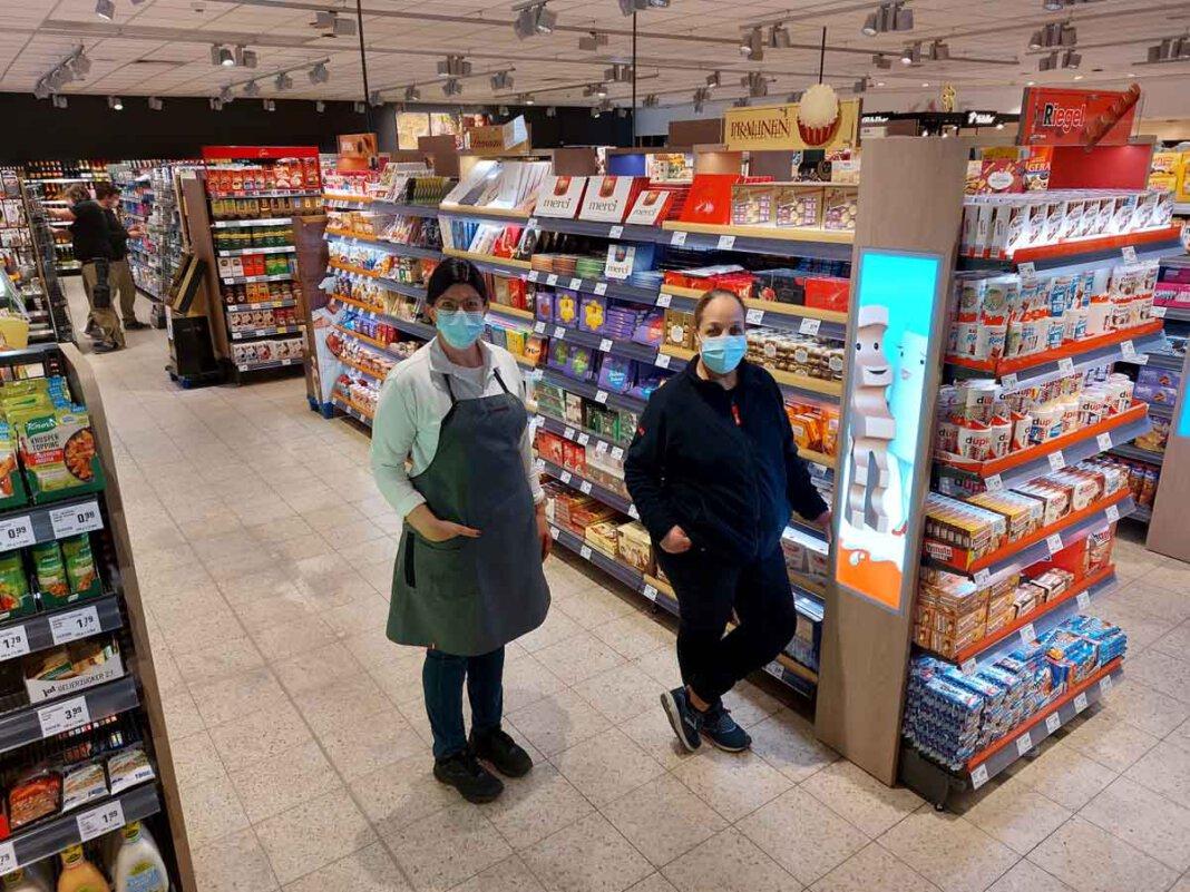 Kerstin Hold (links) und Sara Sahli freuen sich auf die Wiedereröffnung des Rewe-Markts an der Alten Münsterstraße 26 in Werne. Foto: Wagner