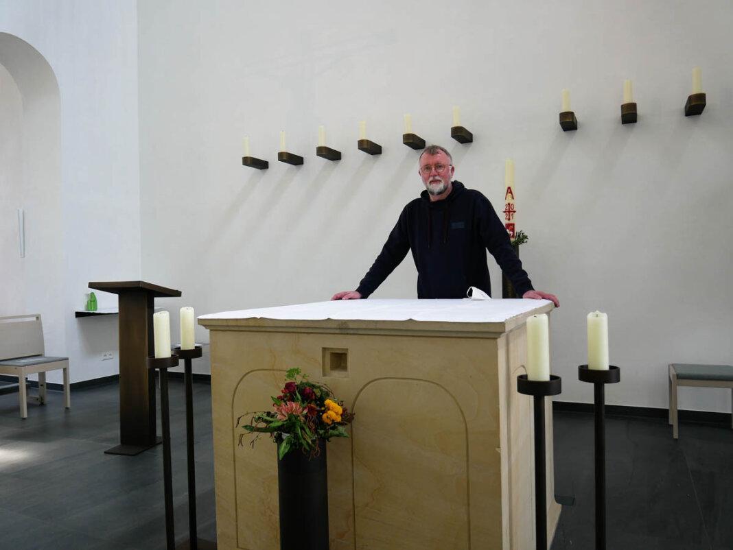 Pfarrdechant Jürgen Schäfer ist zufrieden mit der Neugestaltung von St. Konrad mit Zentralrendantur und Kapelle. Foto: Gaby Brüggemann