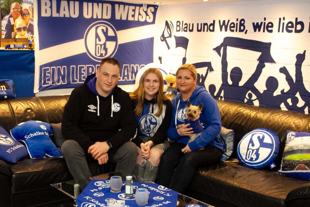 Im Fan-Keller der Domnowskis ist alles in blau-weiß gehalten. Schalke ist ihre Liebe: Andreas, Cindy und Bogda Domnowski mit Hund Chucky. Wenn sie an Rudi Assauer denken, fangen sie an zu lächeln. Erzählen sie über die Gegenwart, wird die Tonlage ernster. Foto: Isabel Schütte