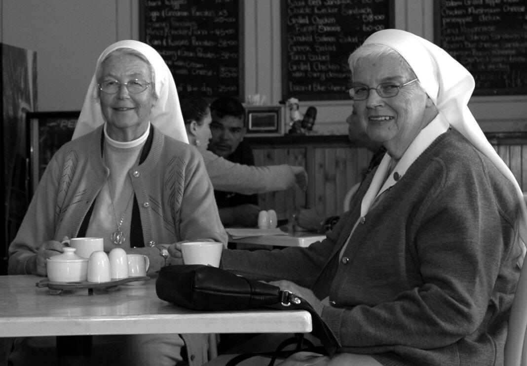 53 Jahre lang arbeitete Schwester Elisabeth Lünebrink (r.) als Missionsschwester in Namibia. Am 17. April starb sie im Alter von 82 Jahren. Wie Schwester Antonia Mersch (l.) stammte Schwester Elisabeth aus Werne. Foto: Gerhard Pollmann