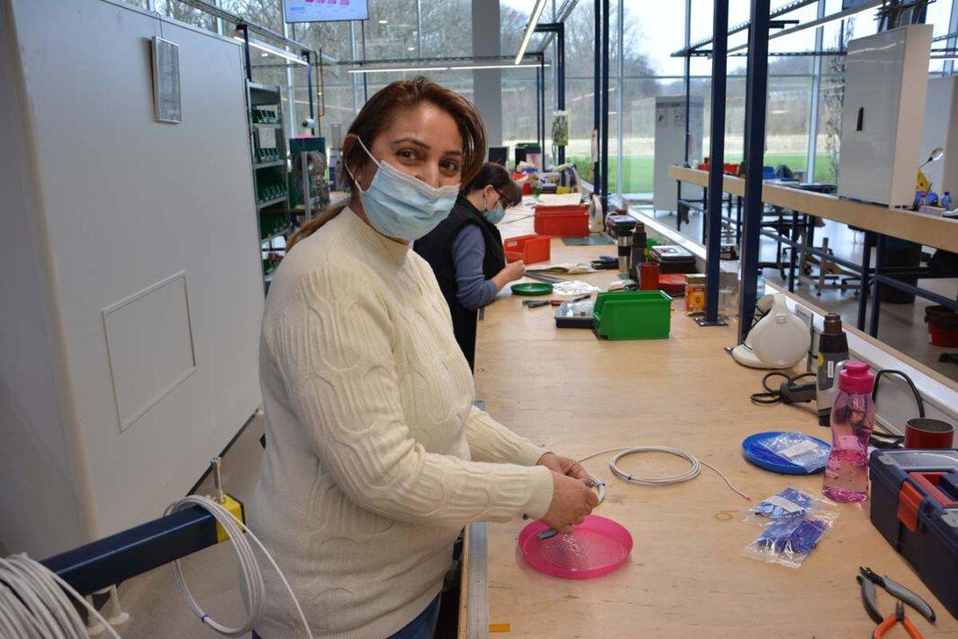 Kadrieye Brimo an ihrem Arbeitsplatz in der Produktionshalle bei Thermo Sensor Foto: Donges/Multikulturelles Forum