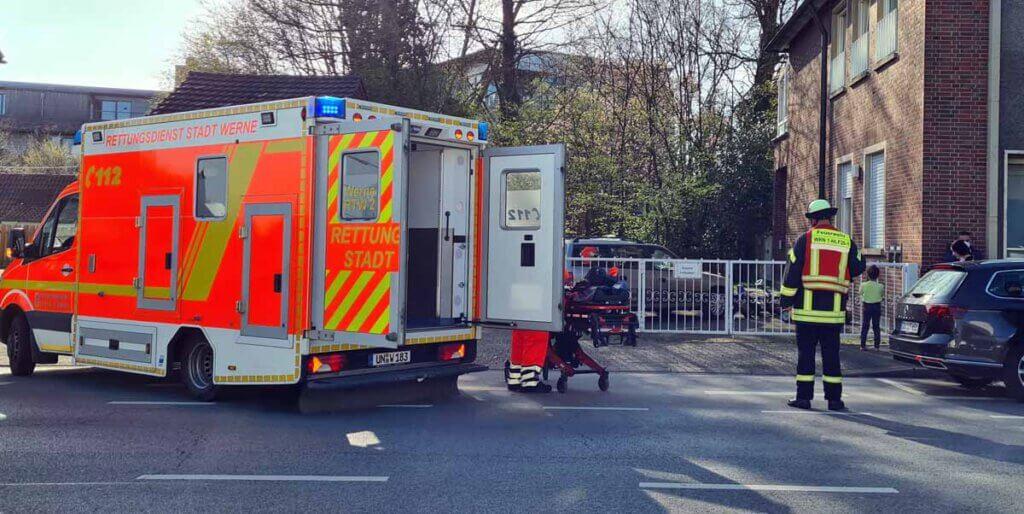 Der Rettungsdienst versorgte die Frau. Da sie sich keine lebensgefährlichen Verletzungen zugezogen hat, konnte der Rettungshubschrauber wieder abdrehen. Foto: Feuerwehr Werne