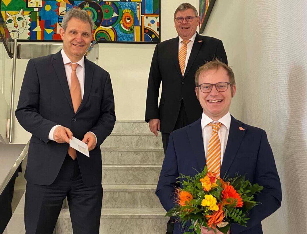 Vorstandsmitglieder Jürgen Eilert (hinten links) sowie Vorstandsmitglieder Ralf Schotte (hinten rechts) beglückwünschten Mike Pieper-Kreimer (vorne), auch im Namen des Aufsichtsrates, zur Ernennung. Foto: Gärtner / Volksbank