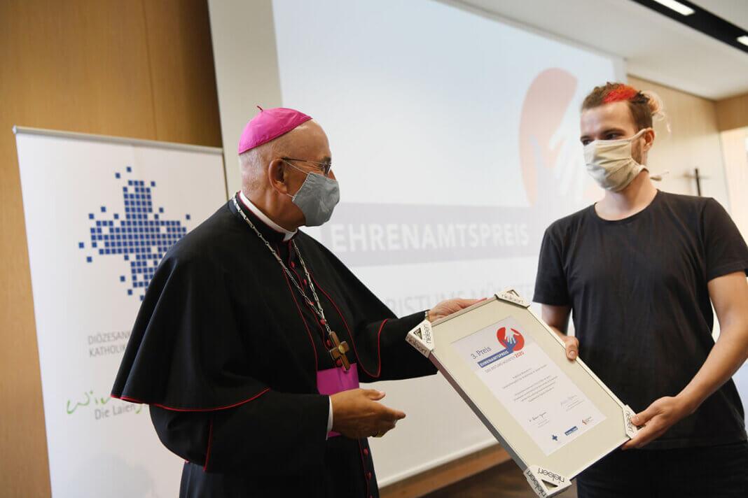 """Bischof Felix Genn überreichte die Urkunde an die Studierenden-Initiative """"Nightline"""" in Münster, die mit dem dritten Platz ausgezeichnet wurden. Foto: Michael Bönte, Dialogverlag"""