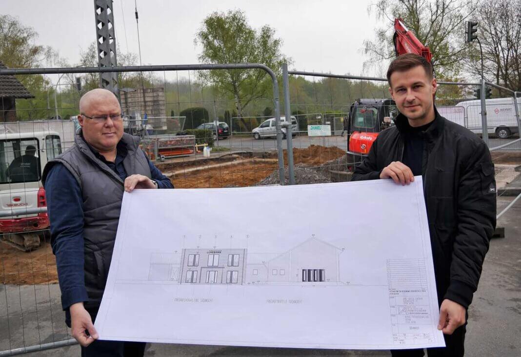 Torsten und Zlat Lünebrink mit den Plänen für den Neubau am Südring. Foto: Gaby Brüggemann
