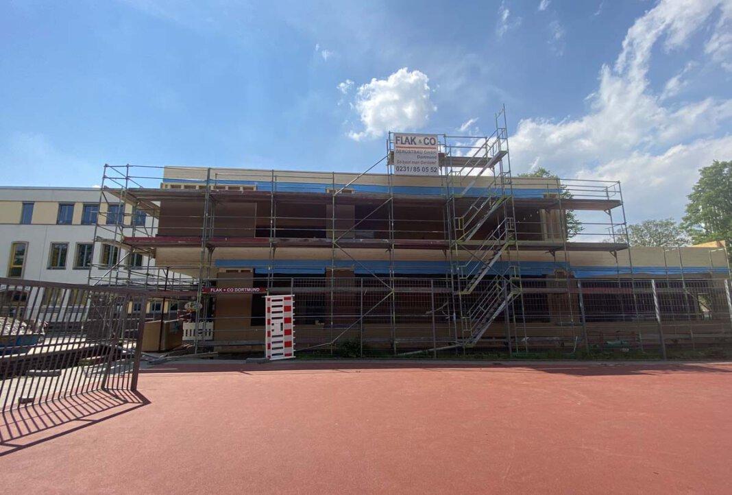 Die Holzkonstruktion des Erweiterungsbaus an der OGS Matthias-Claudius-Grundschule/Gottfriedschule wurde nun fertiggestellt. Die Bauarbeiten können nun weitergehen. Foto: Stadt Lünen