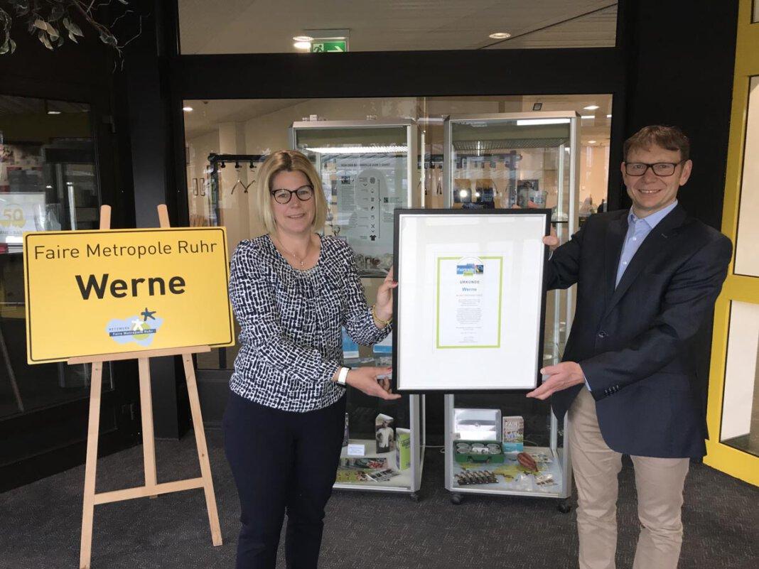 Stephanie Viefhues und Bürgermeister Lothar Christ freuen sich über die Rezertifizierung Wernes zur Fair-Trade-Town. Foto: Viefhues