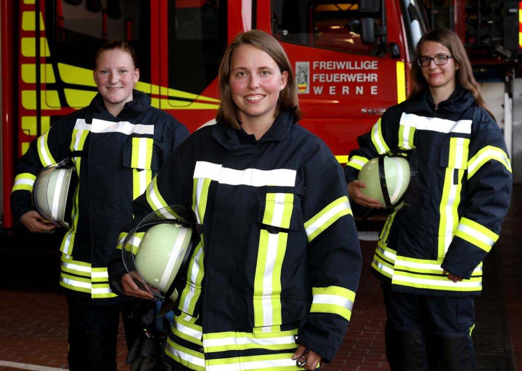 Anna Kleine, Jessica Klaus und Franziska Lange gehören zu den jungen Frauen, die sich ganz bewusst dafür entschieden haben, in der Freiwilligen Feuerwehr tätig zu sein. Foto: Volkmer