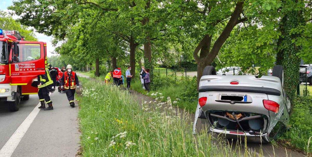 Auf der Münsterstraße in Höhe Feel Fit war ein Pkw aus unbekannter Ursache aus Richtung Herbern kommend ins Schleudern geraten. Das Fahrzeug, in dem eine junge Frau saß, überschlug sich und blieb auf dem Dach auf dem Radweg liegen. Foto: Feuerwehr Werne